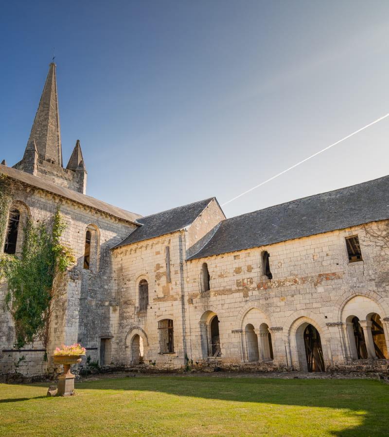 Luzé - Abbaye de Bois Aubry - Extérieur vase 2 - ADT Touraine - JC Coutand - 2029
