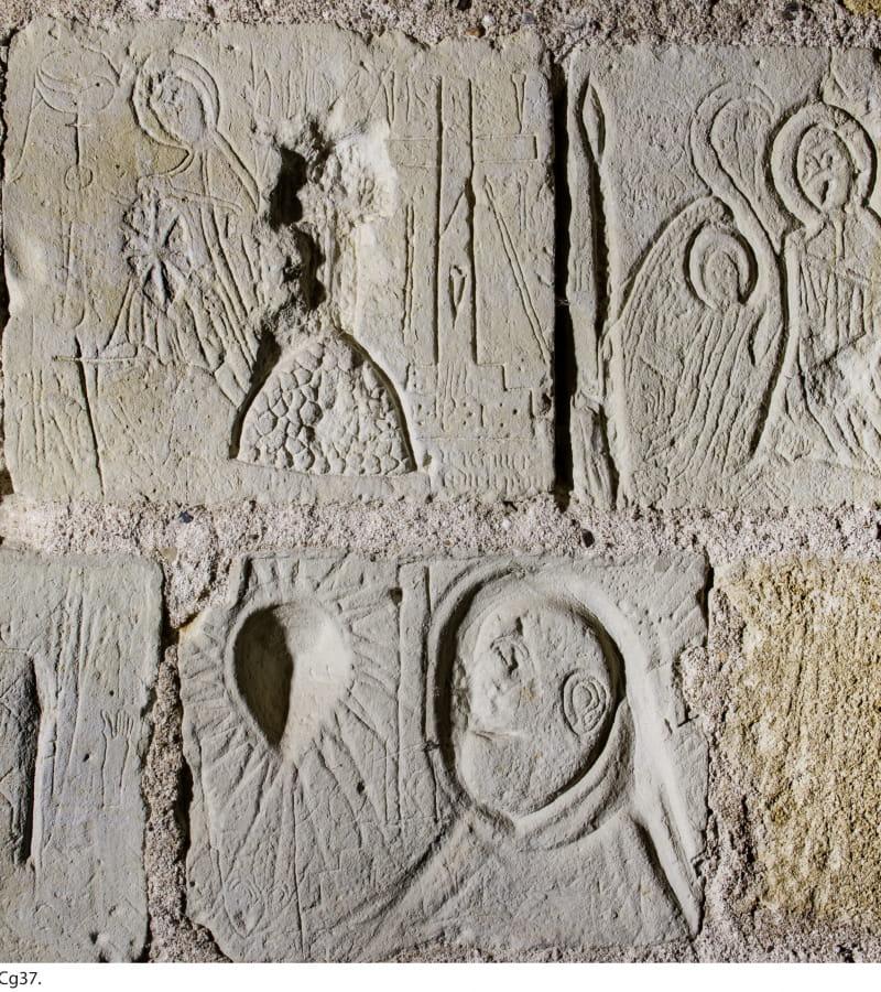 Graffiti attribués aux templiers dans la tour du Coudray de la forteresse de Chinon 37.